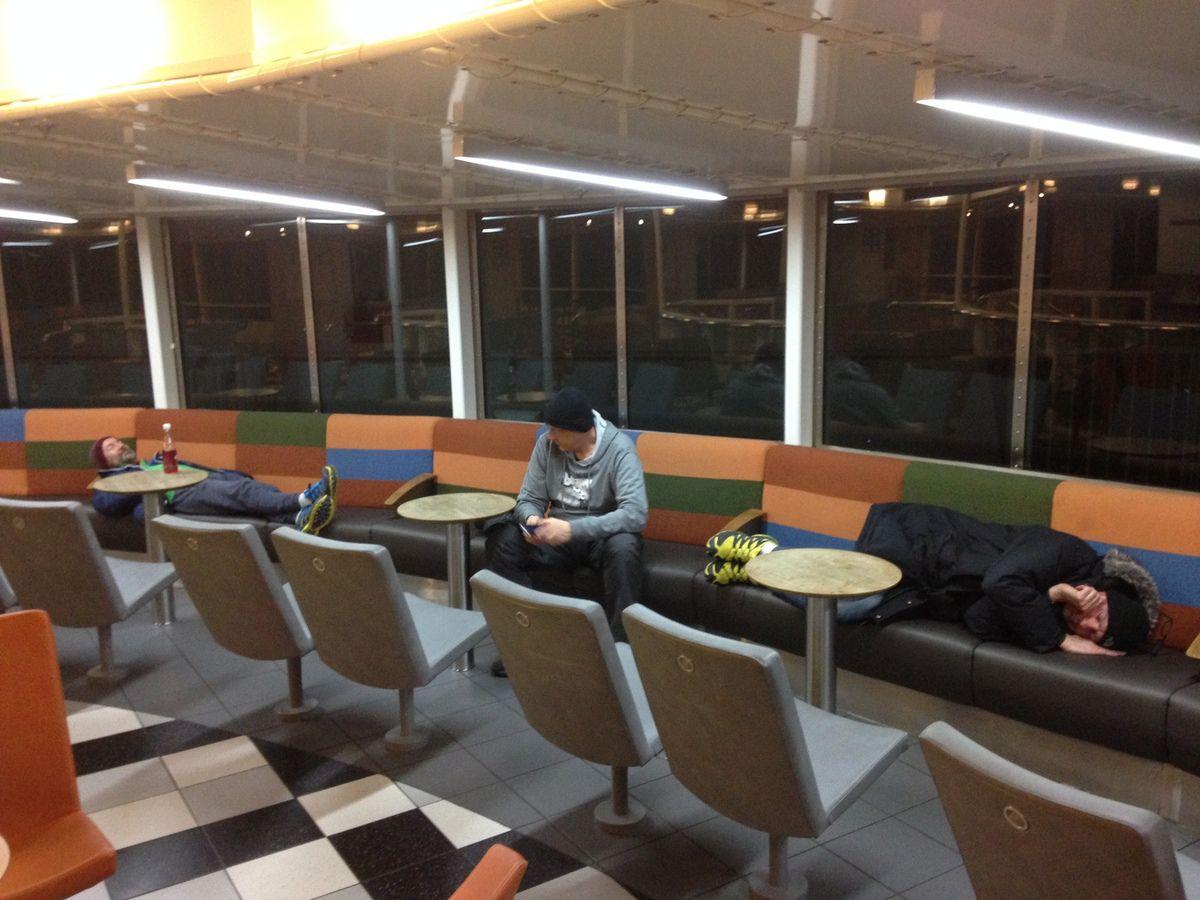 L'équipe en piteux état (en raison d'une conduite quasi continue durant 36h) dans le ferry entre le Danemark et l'Allemagne