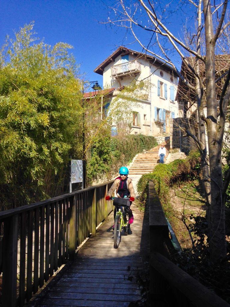 A vélo avec Stella : passerelle sur le torrent du Carré entre La Terrasse et Lumbin