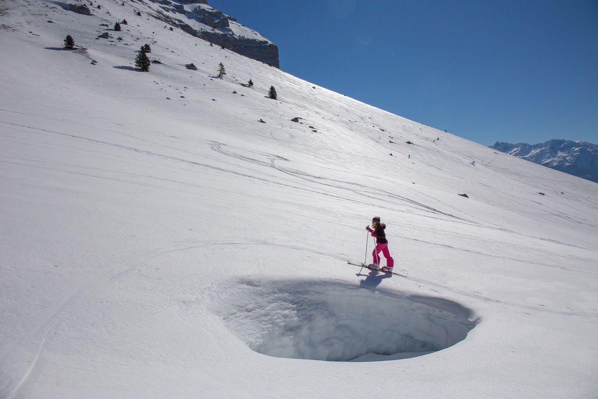 Prairie sous le col des Ayes : le trou au niveau du ruisseau donne une idée de l'épaisseur de neige à 1500 m
