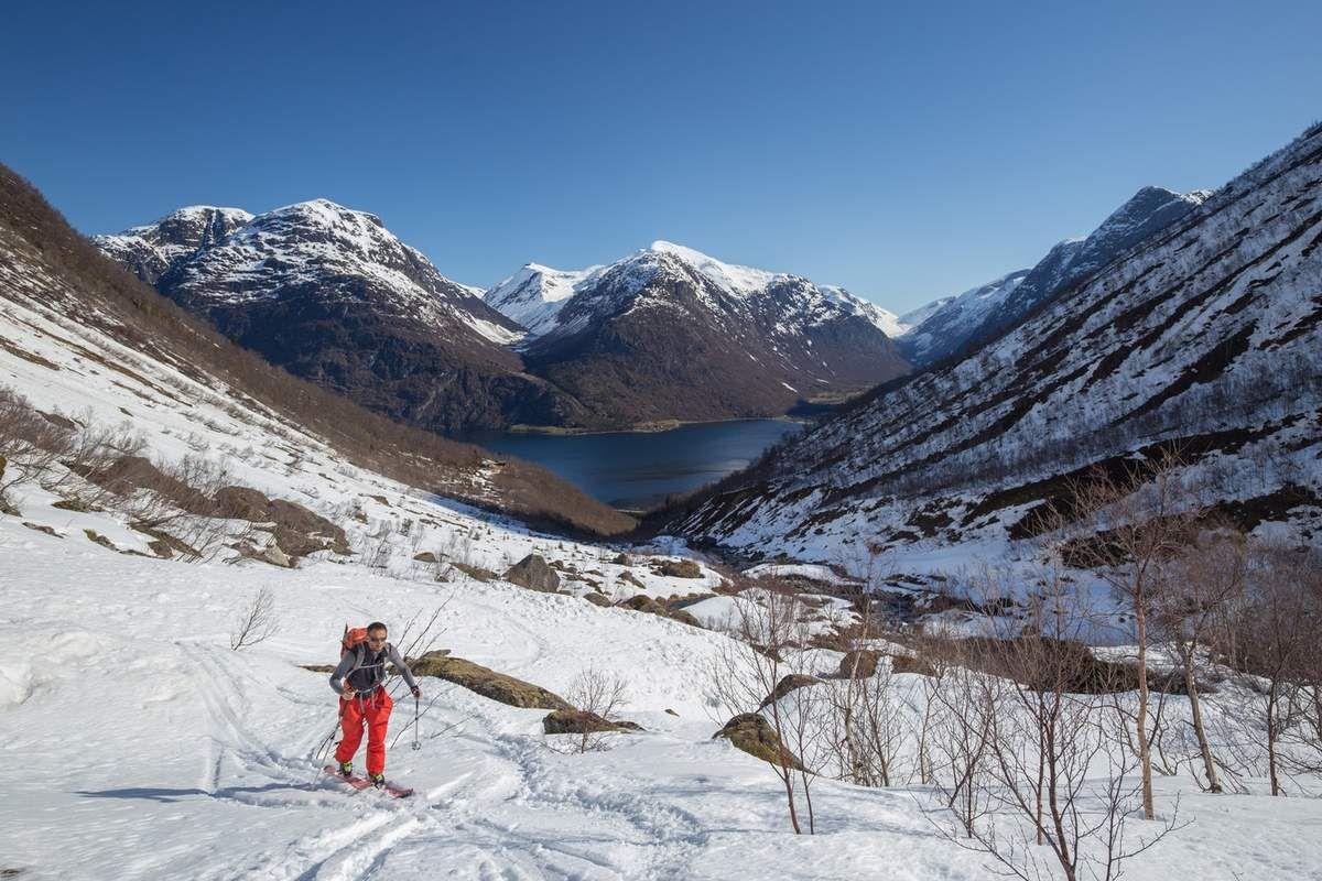 Approche dans le Fosdalen. On voit au fond les cabanes où on a chaussé les skis. Et les trois traces assez récentes de skieurs sans doute descendus à vue