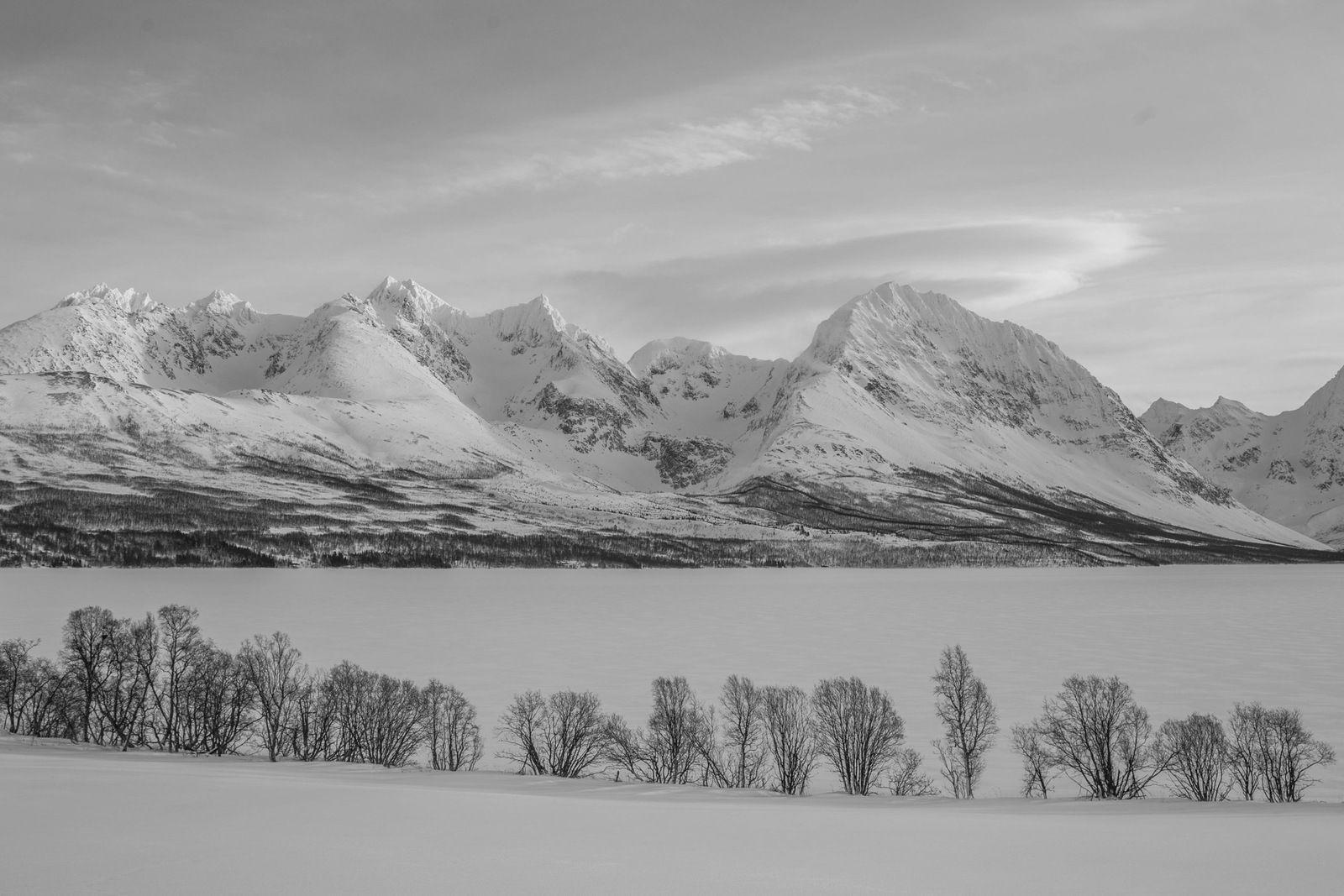 Petite série N&B : les sommets de Lyngen depuis le Rundfjellet (admirer les effets du vent...) et le Jægersvatnet.