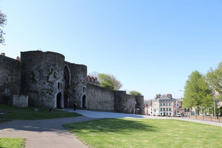 Tout comme au Moyen-Age les troupes Allemandes ont du faire écrouler une partie des crénaux pour pénétrer dans la citadelle .