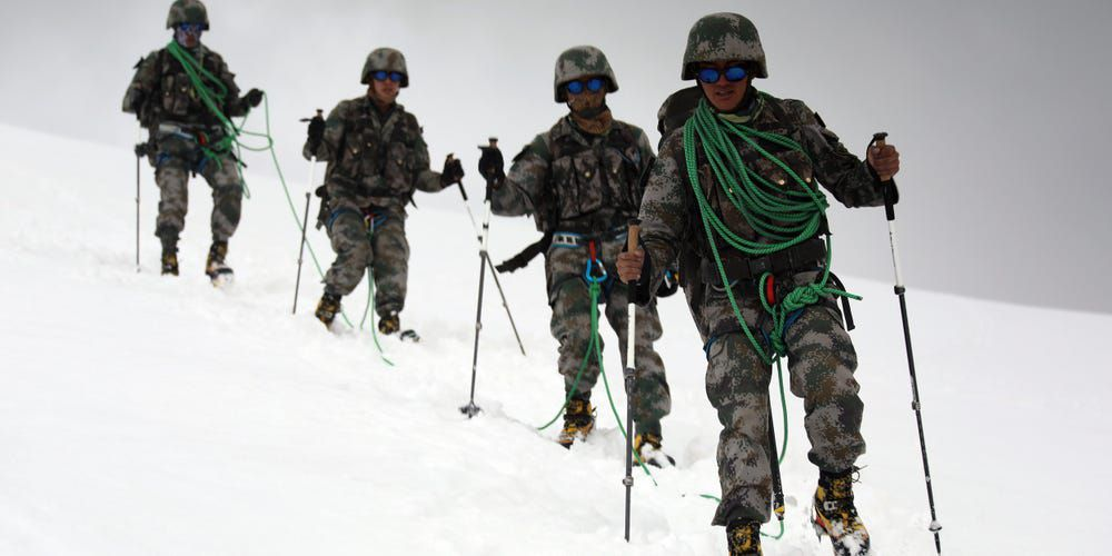 Two tribes : Bruits de bottes - sans bottes - , de pattes de Yaks et de chenilles dans le Ladakh .