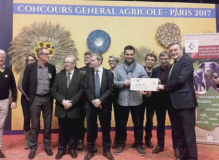Laurent Chalet, initiateur de la fête de la Vache Nantaise (Pas bête la fête !) reçoit le chèque des mains de François-Xavier Bieuville, directeur de la Fondation du Patrimoine.