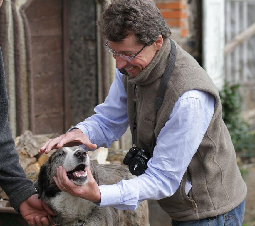 Des vétérinaires de terrain téméraires (Jean-François et chien berger d'Auvergne, Cantal)