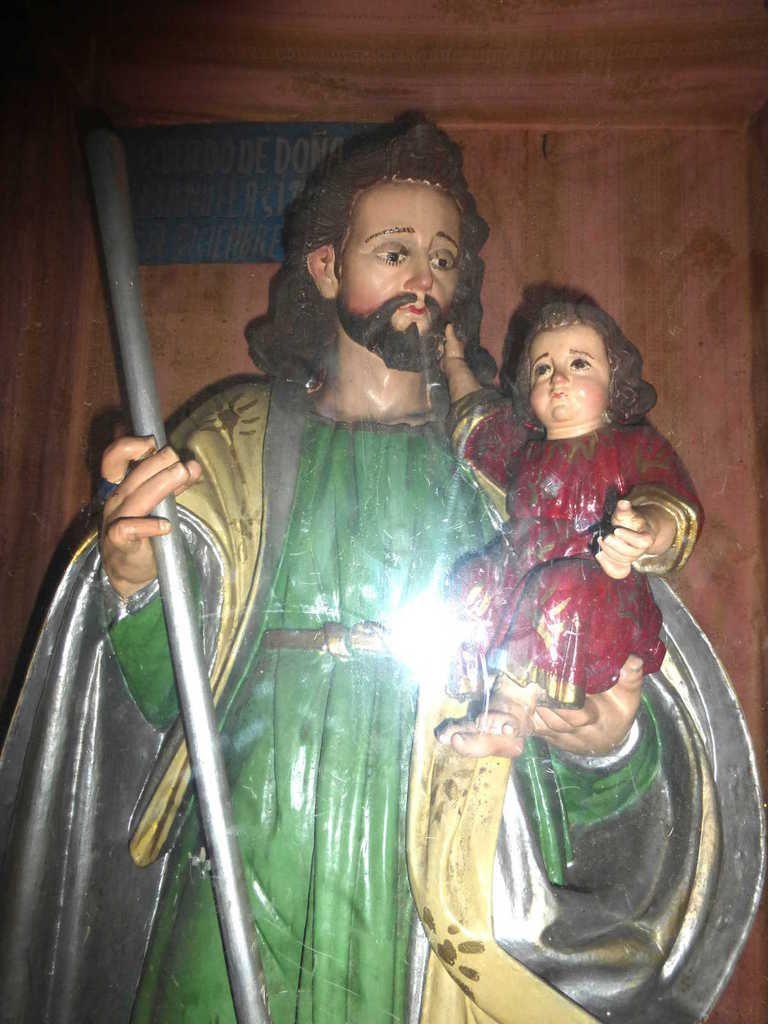 À Almolonga, dans l'église, représentation située dans un cadre, derrière une vitre.