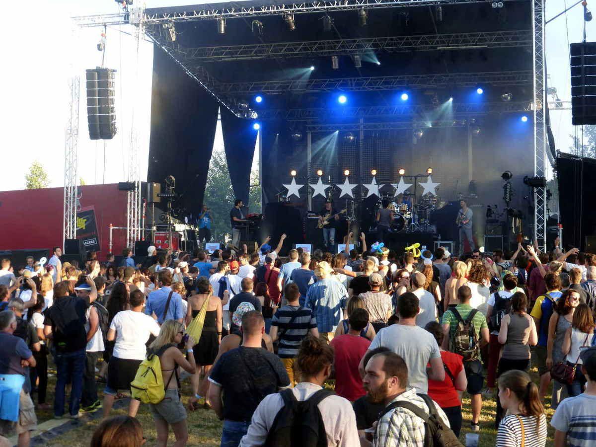 Sunvizors a ouvert la soirée avec le premier concert sur la scène côté piscine.