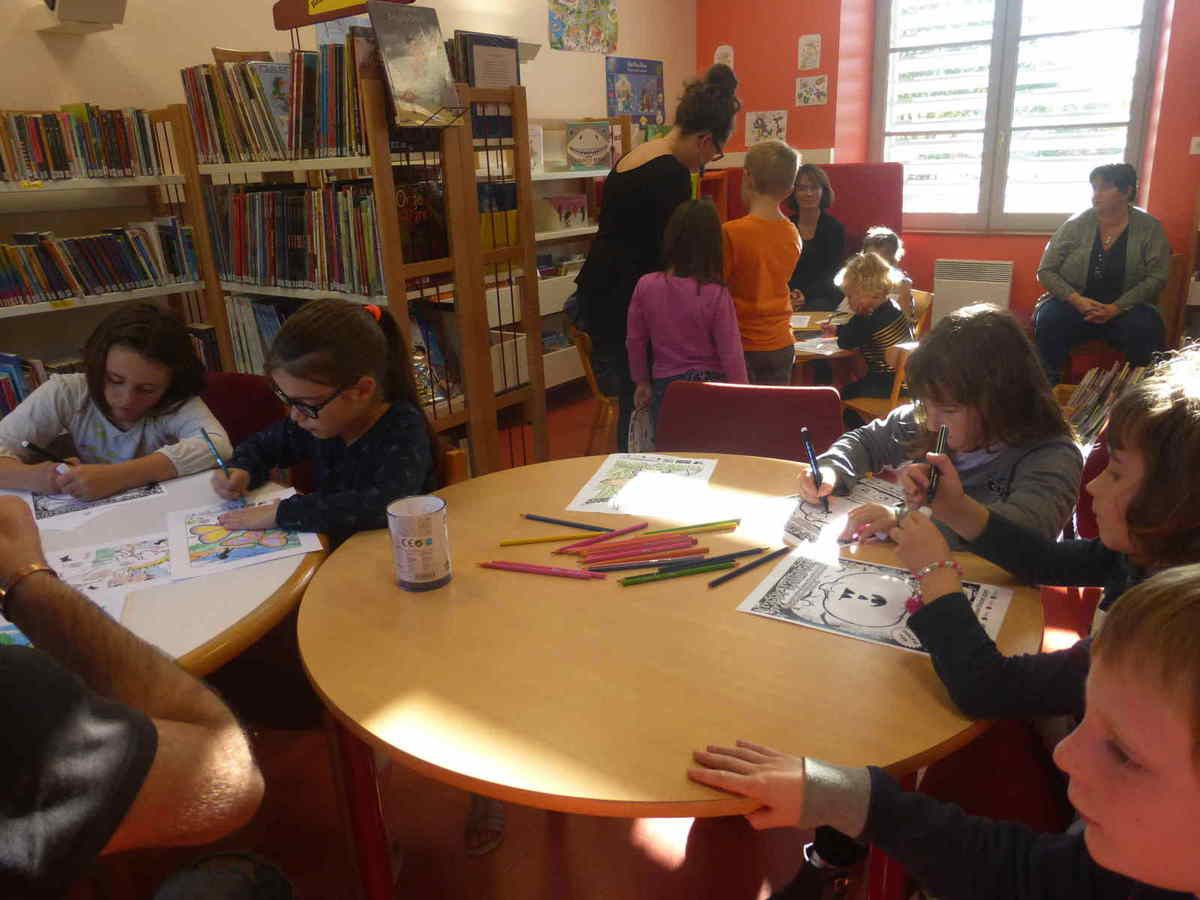 Des enfants bien concentrés sur leur coloriage