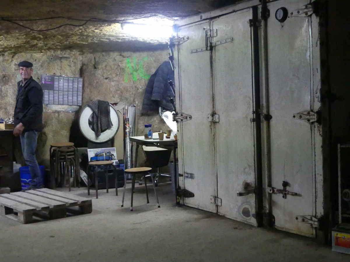 Dans l'alcôve où Charles travaille, on peut voir les portes de l'un des frigos