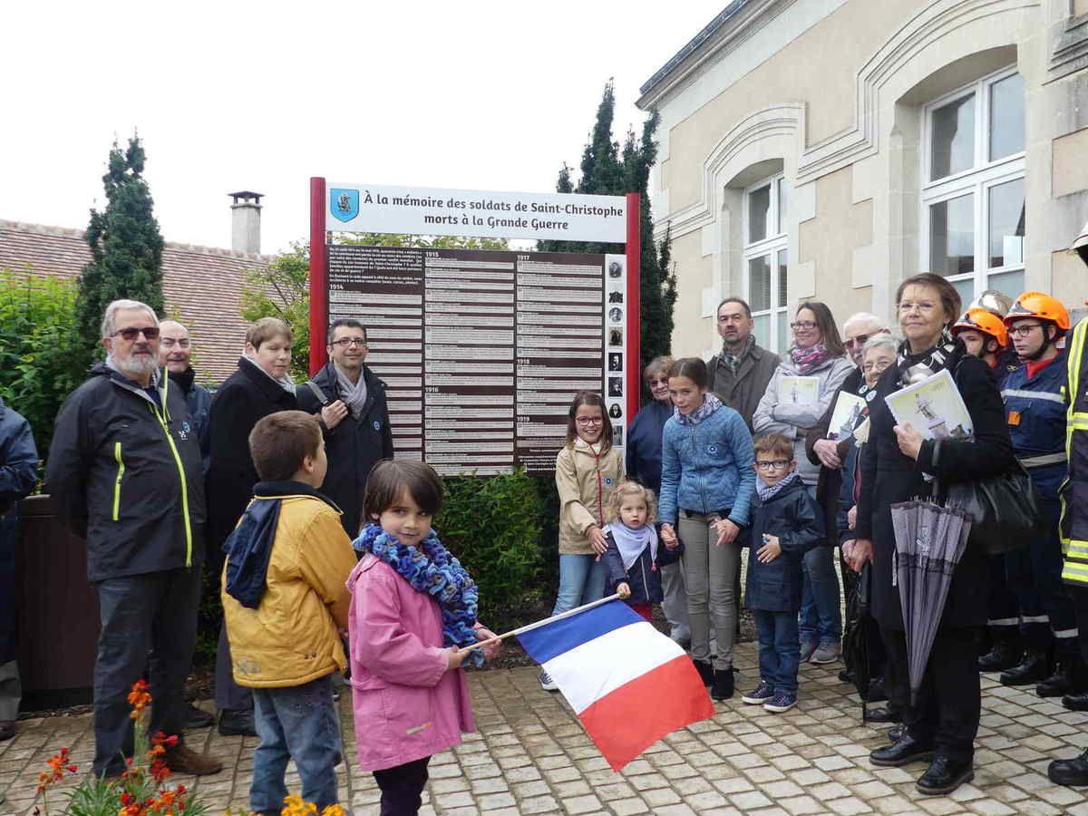 Petit regroupement devant le panneau commémoratif