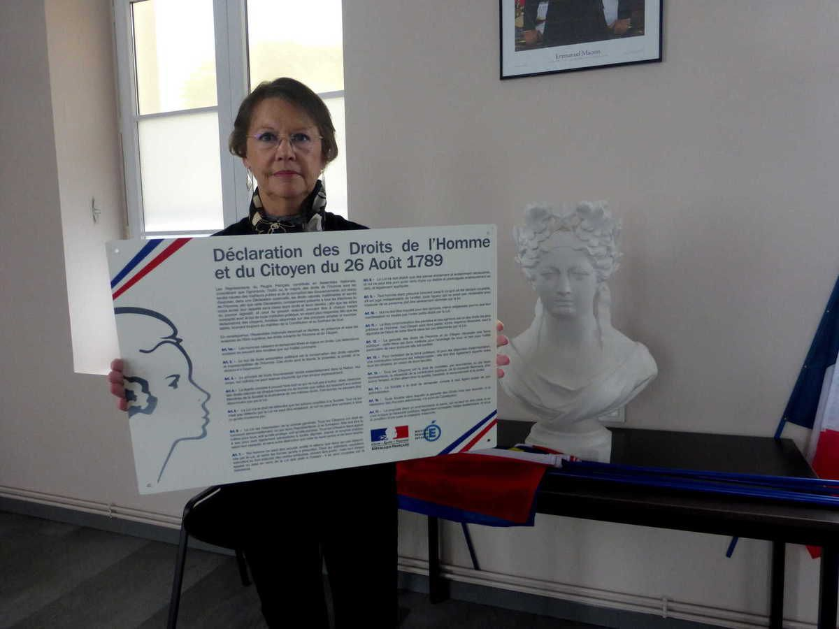 Mme le Maire présente la plaque qui figurera dans la salle du conseil