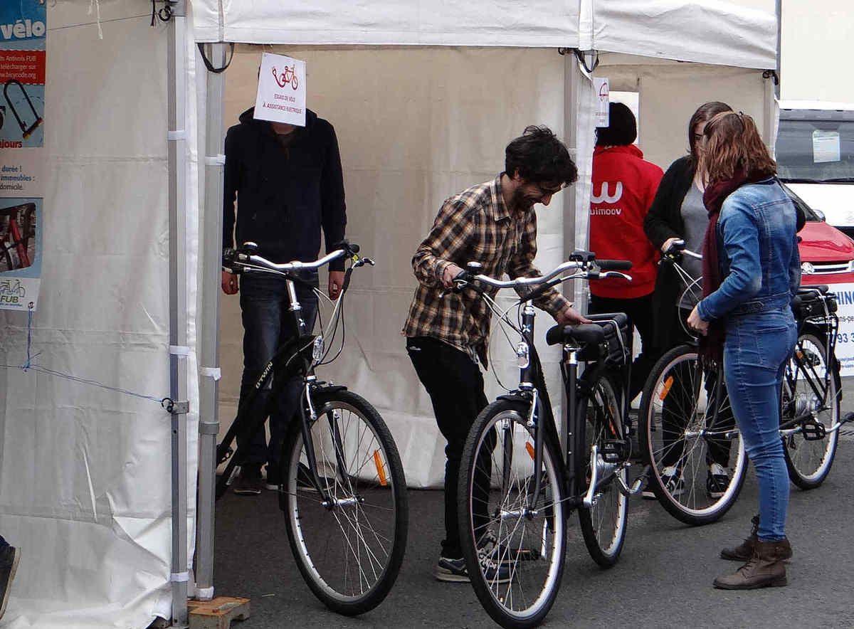 Les vélos à assistance électrique ont du succès (forum de Chinon)