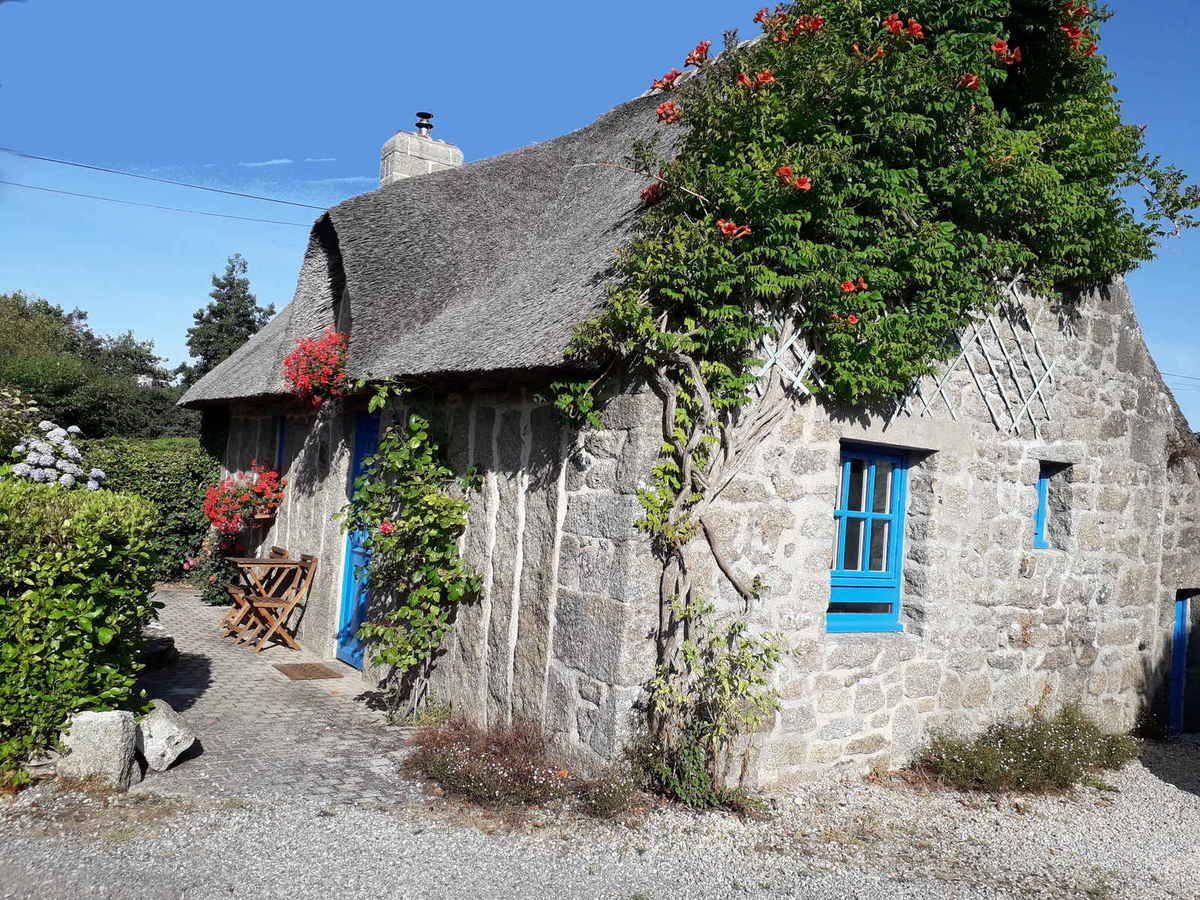 Chaumière à Kerlin avec des pierres debout en façade