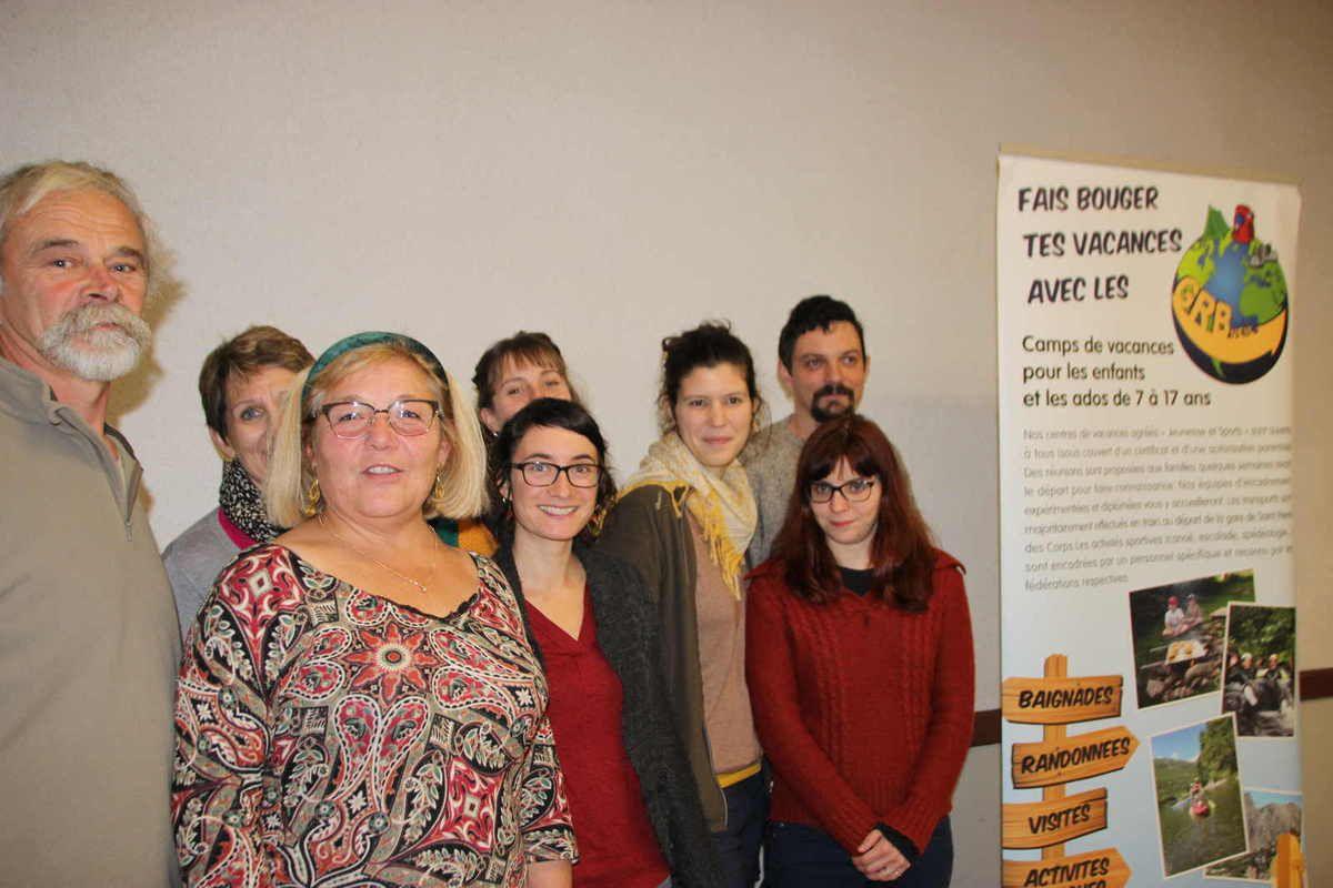 photo de l'AG des GRBueil avec à droite, les 3 nouveaux membres, Clémentine Lacour, Isia Lhôte et Vincent Nicolas et à gauche, le bureau avec sa présidente Brigitte Poupée à l'arrière. Le 4ème membre élu étant absent
