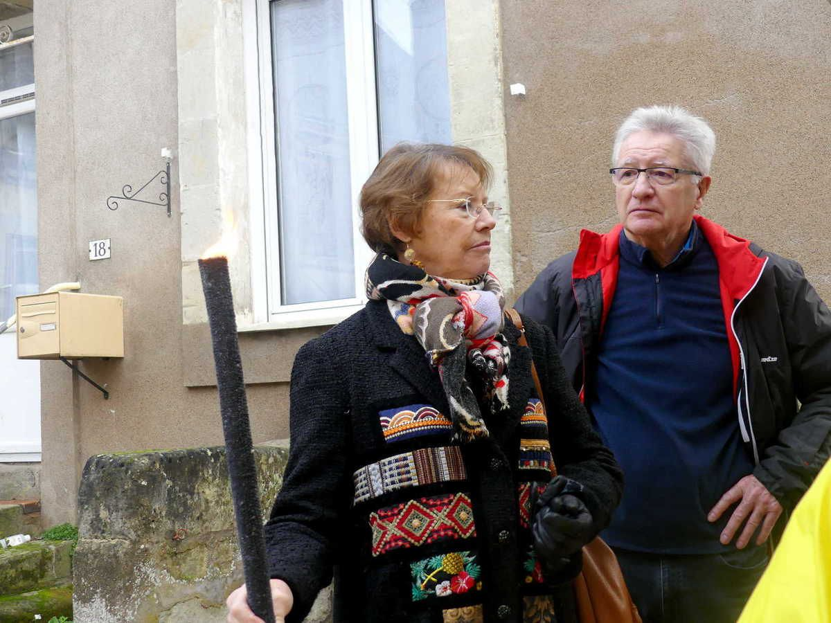 Passage du relais, Catherine Lemaire est en possession du flambeau.