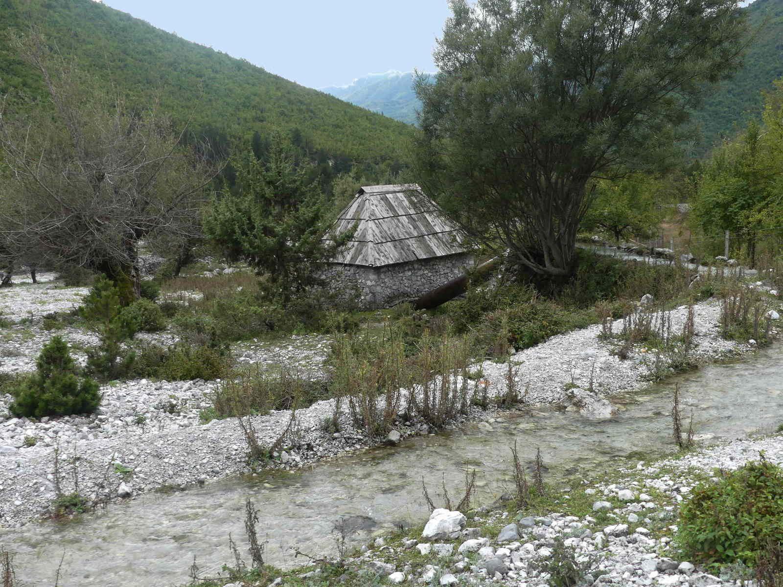 Le petit moulin entouré d'eau.