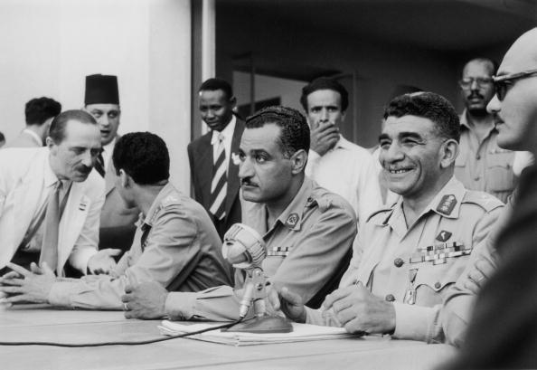 Diez años antes. En 1954, Nasser, entonces número 2 del régimen se beneficiaba de una tentativa de asesinato providencial contra él para desplazar a su rival,  el residente Naguib.