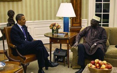 El presidente Barack Obama recibe a su medio hermano Abon'go Malik Obama en la Oficina Oval de la Casa Blanca. Abon'go Malik Obama es el tesorero de la Obra Misionera de la Hermandad Musulmana en Sudán.