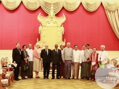 La Comisión de Consulta sobre los rohingyas alrededor de su presidente, Kofi Annan. Entre los seis miembros birmanos hay personalidades históricas de la lucha por los derechos humanos –como U Win Mra y U Khin Maung Lay– así como Al Haj U Aye Lwin, guía espiritual de una orden musulmana sufista.