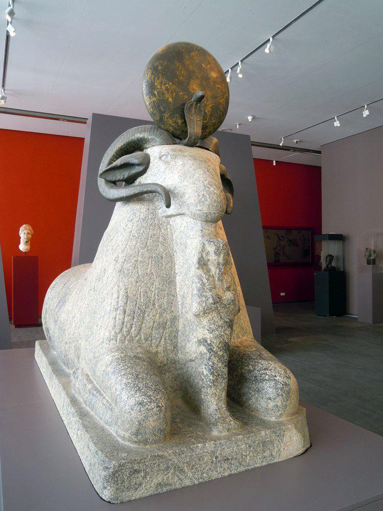 Estatua de granito de Amón en forma carnero protegiendo al faraón