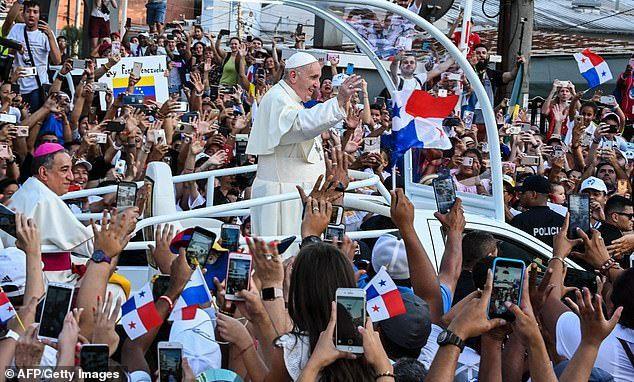"""El Papa Francisco dice que los medios sociales convierten a los jóvenes en """"ermitaños sociales"""" y crean """"círculos de odio""""."""