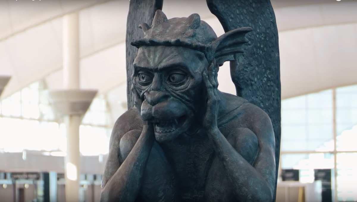 El Aeropuerto Internacional de Denver (DIA) es un lugar espeluznante y se vuelve cada vez más siniestro…, lo último, una gárgola parlante.