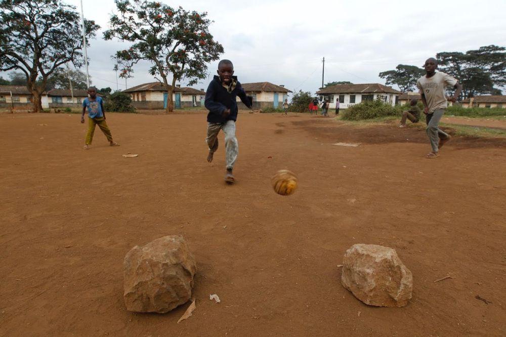 Un muchacho intenta anotar entre porterías improvisadas cerca del recinto patrocinado por la FIFA en los tugurios de Valle de Mathare en Nairobi.