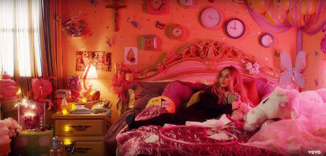 La habitación de Sabrina está llena de símbolos relacionados con el control mental.