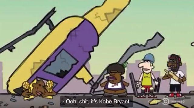Kobe sale de un helicóptero que se estrelló.