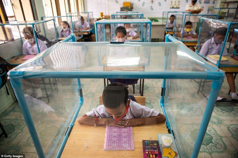 Coronavirus: En Tailandia los niños, son aislados y encerrados en cajas de plástico en la escuela