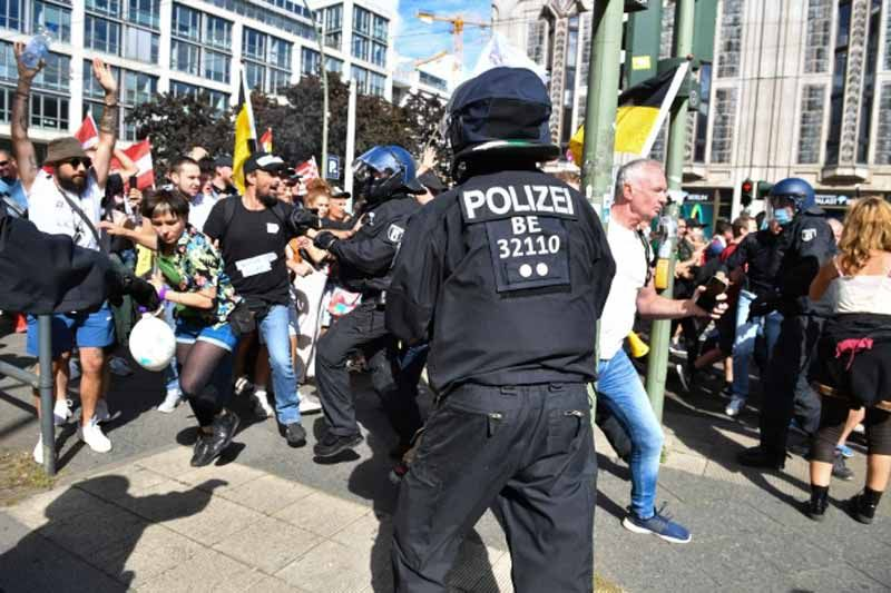 3.000 oficiales habían sido desplegados para controlar a las masas estimadas en  18.000 Crédito: AP:Associated Press