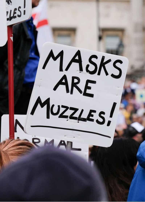 """Un cartel indica que """"las máscaras son bozales"""". Crédito: Rex Features"""