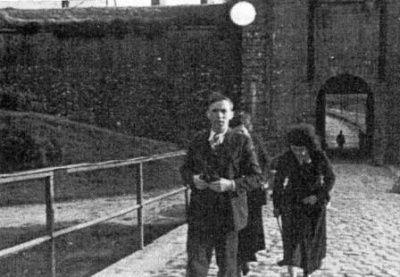 La porte Castelnau (poterne) vue de l'intérieur des douves. Après avoir franchi la voûte, les condamnés descendaient par la rampe de gauche. Les poteaux d'exécution étaient dressés face à la butte de terre dont on distingue le début derrière la rampe.
