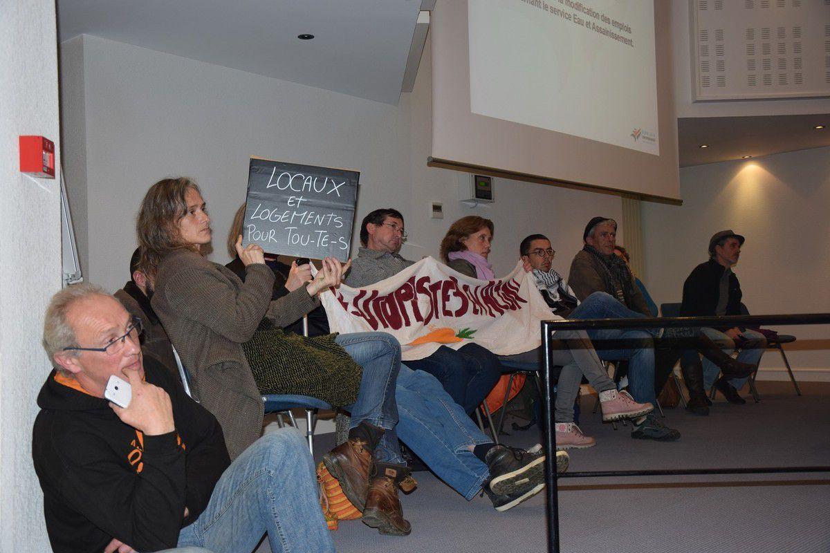 """Le collectif des """"Utopistes en action"""" continue à demander la mise à disposition d'un collectif pour entreposer des vêtements et autres affaires pour les réfugiés et les friperies solidaires... Pour l'instant, aucun engagement ferme du côté de Jean-Luc Fichet et de la Communauté d'agglo"""