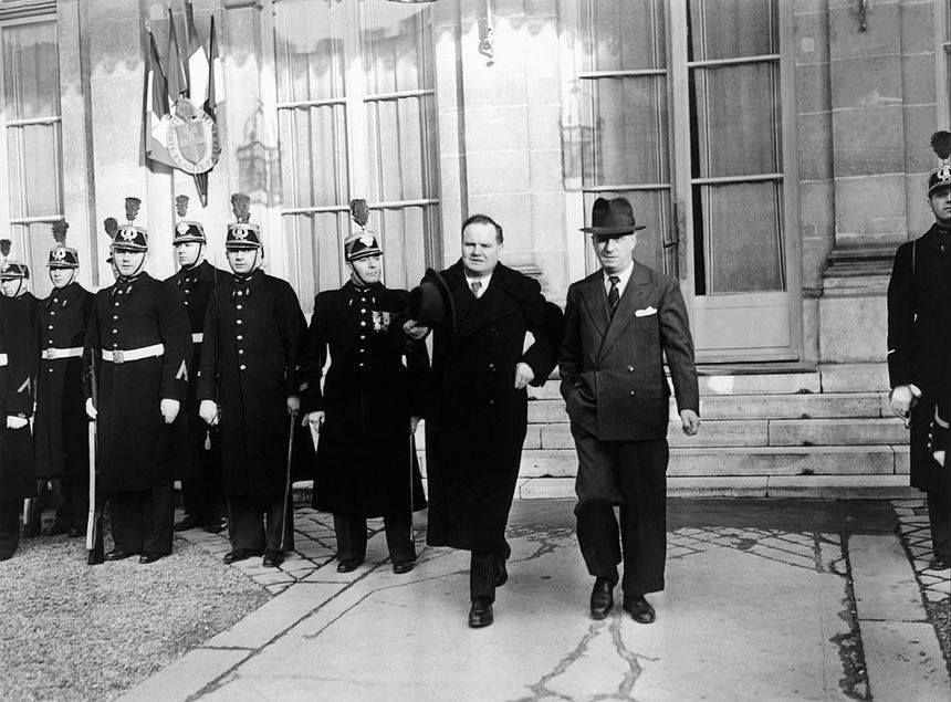 Photo de Maurice Thorez et Ambroise Croizat sortant de l'hôtel Matignon en 1946