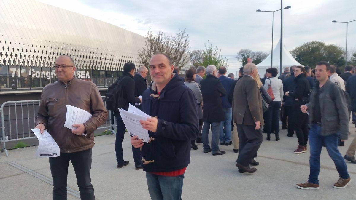 photo Paul Paimbeni: distribution de tracts sur les propositions agricoles du PCF au congrès de la FNSEA à l'Arena de Brest, jeudi 30 mars