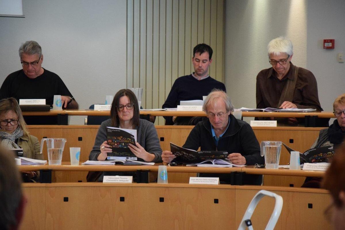 les élus consultent la brochure de bilan 2016 de la Maison du Tourisme