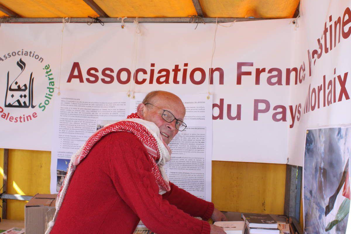 Yann organise le premier stand de l'AFPS avant qu'il soit emporté par le vent (photo JL Le Calvez)