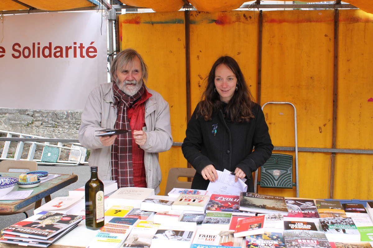 Paul Dagorn et Julia Thatje, au stand librairie politique