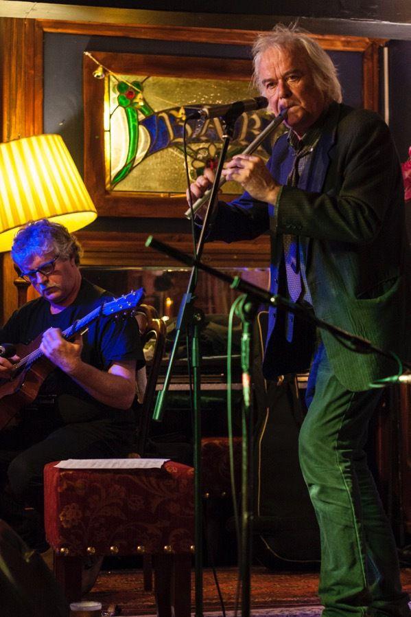 Pol Huellou, ici avec Gilles Le Bigot, qui collabore à cet album à la guitare avec Denis Colin (clarinette), David Hopkins (bodhran), Jean Marc Lecoq (accordéon), Christophe Menguy, Paul Rodden (banjo), Michèle Kerhoas, Jochen Vogel (harpe celtique)
