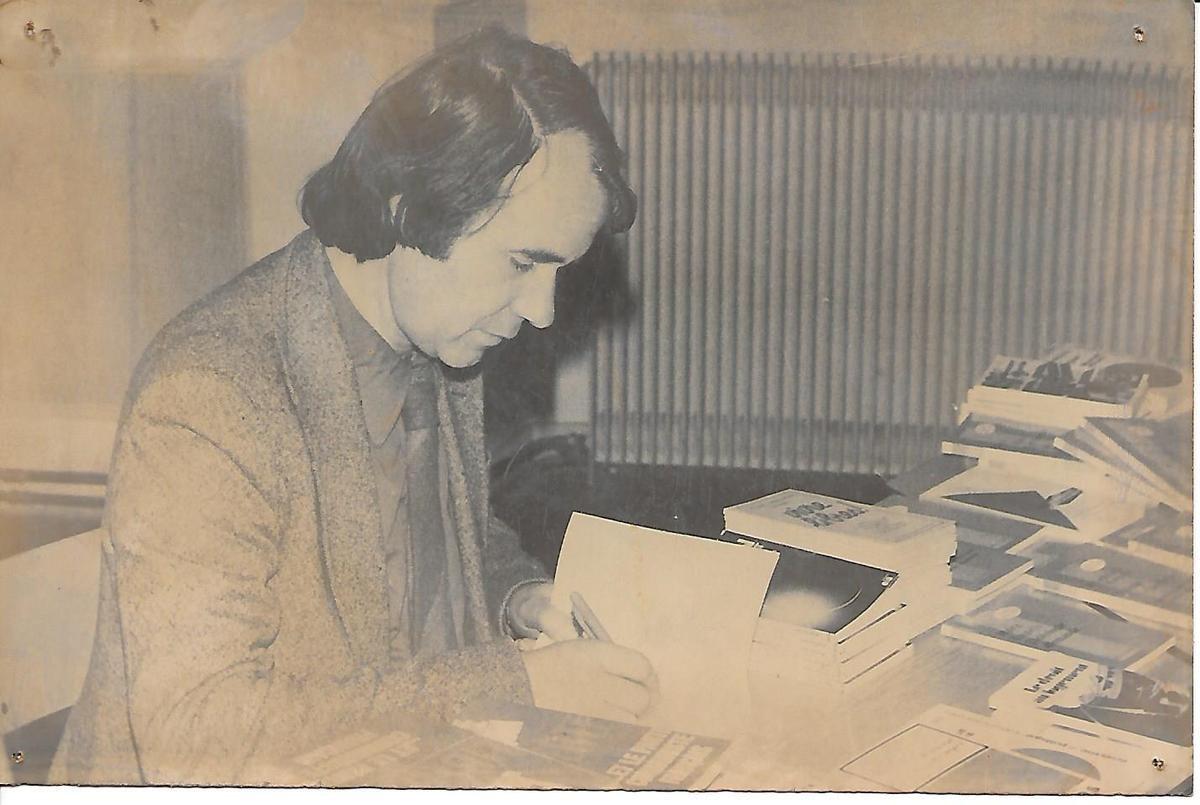 Séance d'autographe pour Pierre Juquin à Morlaix (archives PCF Morlaix)