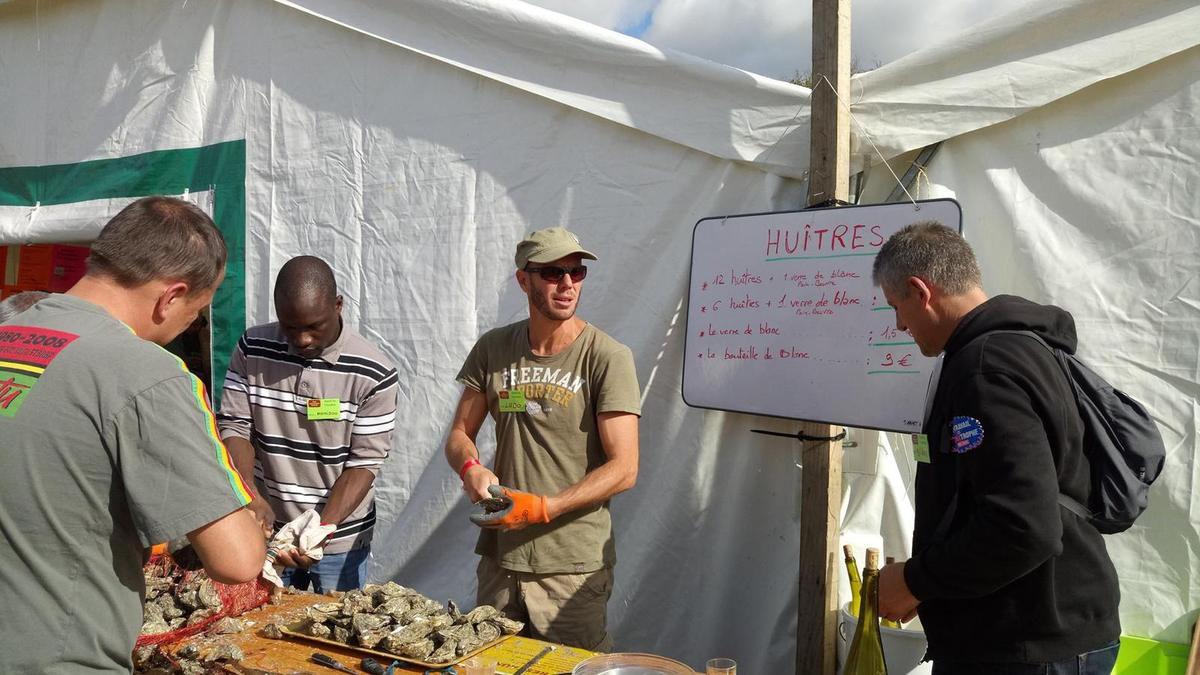 à l'ouverture des huîtres (photo Michel Tudo)
