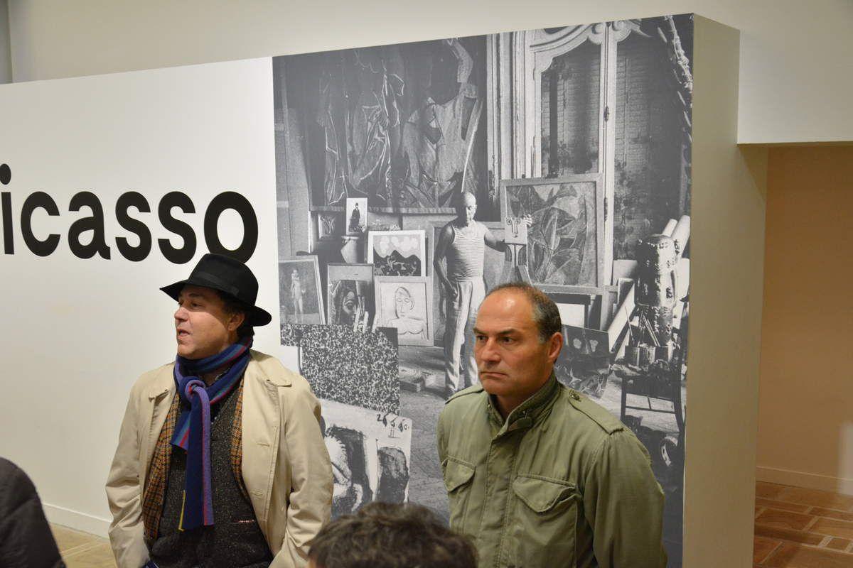 Renaud Faroux, critique d'art, participant à la visite guidée avec les adhérents du PCF, avant de faire sa conférence à la salle Toul an Gok, ici avec Erwan Rivoalan