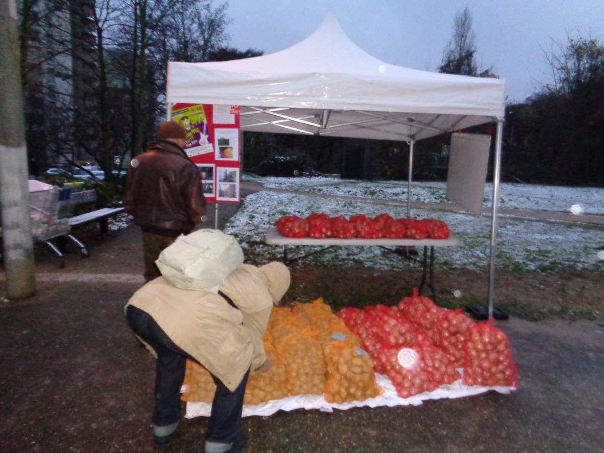 Vente solidaire de pommes de terre et d'oignons bretons dans un quartier populaire de Savigny-sur-Orge (Essonne)