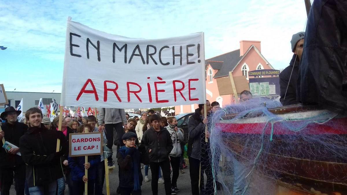 Plouhinec, lycée Jean Moulin, samedi 2 décembre :  le Cap dans la rue contre la fermeture du lycée professionnel (compte rendu et photos Yvonne Rainero et Roberte Saint Jalme)