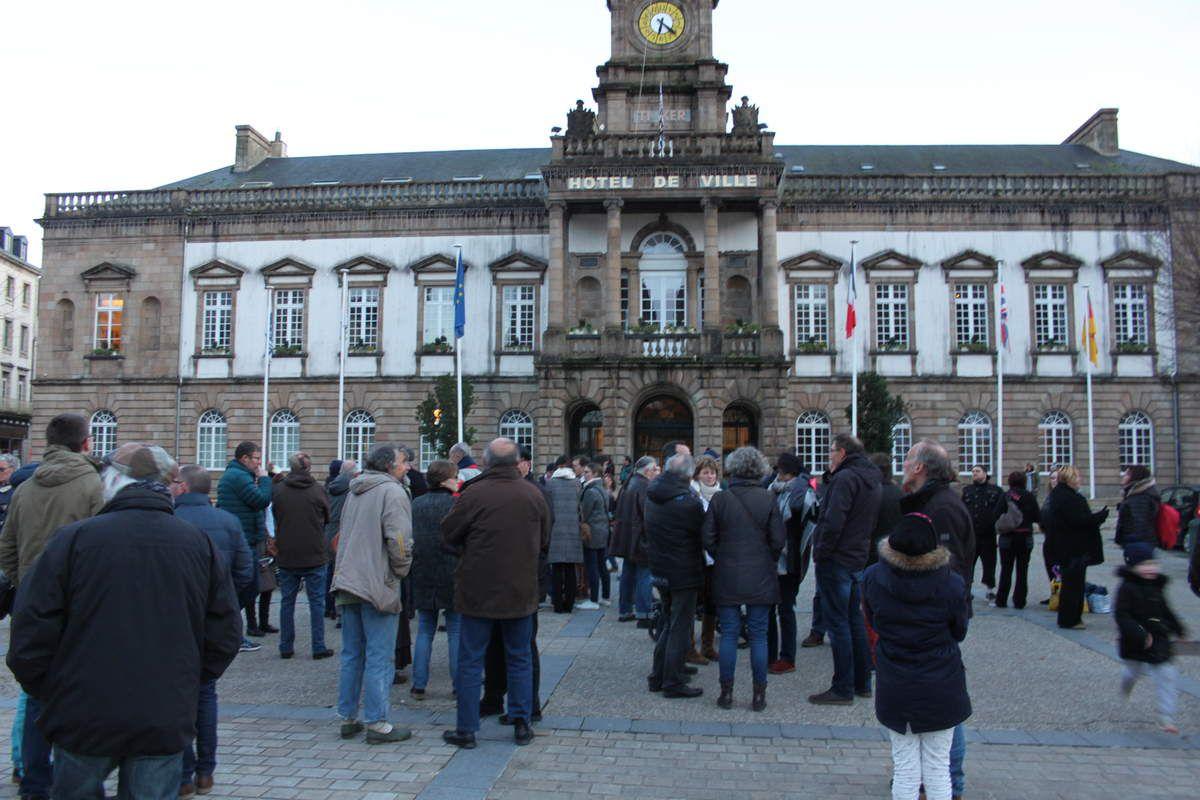 Rassemblement contre la fermeture de trois classes dans les écoles publiques morlaisiennes: une centaine de personnes présentes devant la mairie ce vendredi 9 février (photos de Jean-Luc Le Calvez)