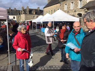 Au marché de St Pol de Léon le mardi 3 avril: Distribution de tract pour le rassemblement  du vendredi 6 avril à Rennes (10h30 devant l'ARS) du comité de défense de l'hôpital de Morlaix