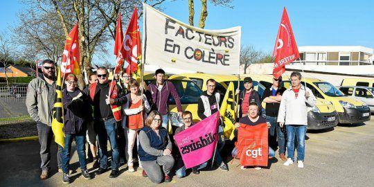 Dès 9 h, ce jeudi matin 19 avril, les postiers étaient mobilisés, à Morlaix. À 11 h, ils vont rejoindre le cortège de manifestants en ville.