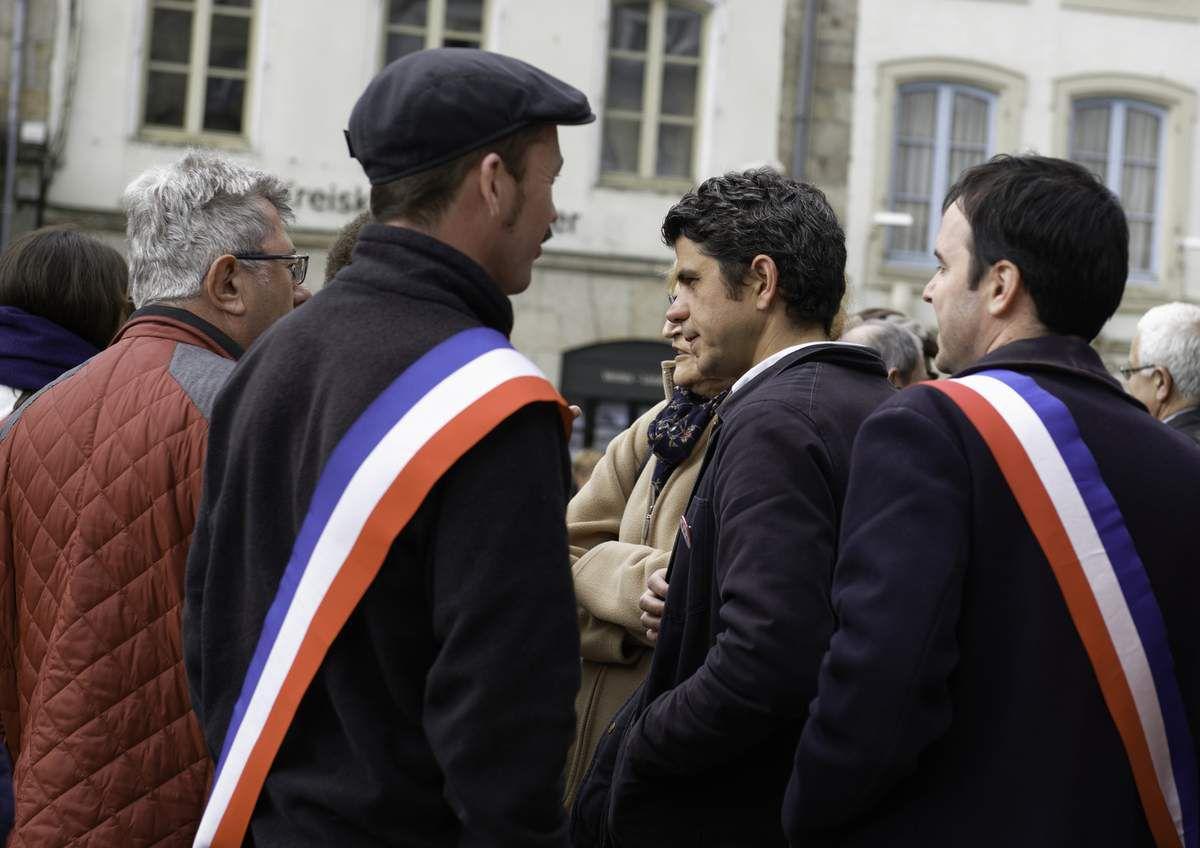 Morlaix, mercredi 25 avril : rassemblement d'élus de tous bords du territoire pour la défense du service de cardiologie de l'hôpital de Morlaix (photos Jean-Marc Nayet)
