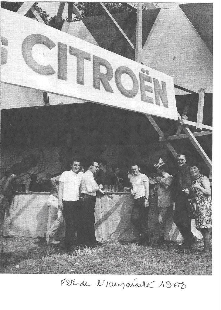 Archives Jean-Claude Caro - le stand des salariés de Citröen à la fête de l'Huma 1968